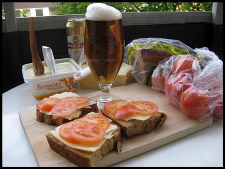 Ostmackor med tomat och öl